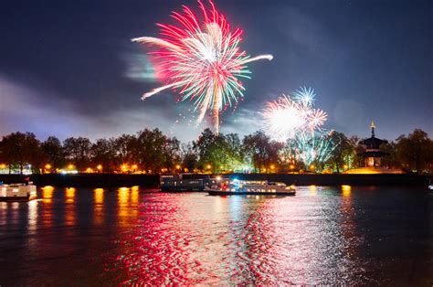 new year s thames river free fireworks display to returns to london