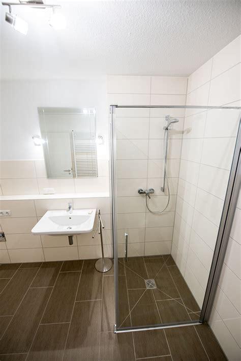 gäste wc fliesen bilder fishzero g ste wc mit begehbarer dusche