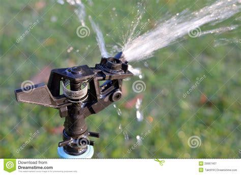 sprinkleranlage garten sprinkleranlage des wassers im garten lizenzfreie