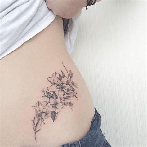 tattoo tribal en la cintura 15 ideas y dise 241 os de tatuajes para la cadera de las mujeres