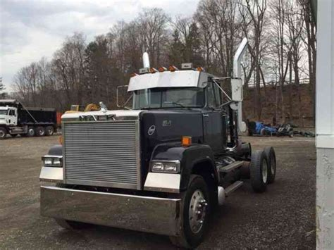 mack rw  daycab semi trucks