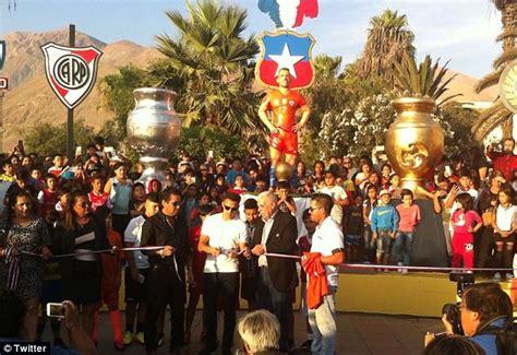 alexis sanchez statue alexis sanchez attends unveiling of his statue in chile