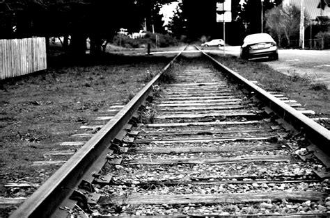 kereta vellfire warna hitam gambar hitam dan putih jalur jalan kereta api