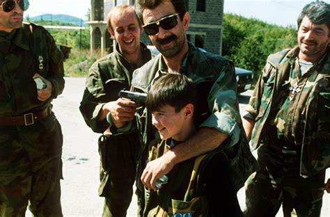 film perang bosnia file evstafiev bosnia serbs boy gun to head jpg
