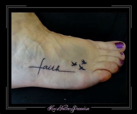 tattoo letters voet tekst met vogeltjes voet kim s tattoo paradise