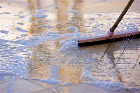 badezimmer fliesen reinigen hausmittel bodenfliesen reinigen 187 diese hausmittel s 228 ubern bestens