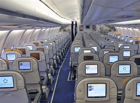 interno aereo alitalia crisi di panico sull aereo prende a schiaffi e morsi le