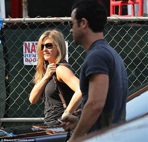 Jennifer aniston and justin theroux quash split rumours as auto