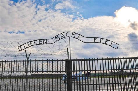 scritta ingresso auschwitz foto treviso scritta shock aeroclub cita auschwitz 1