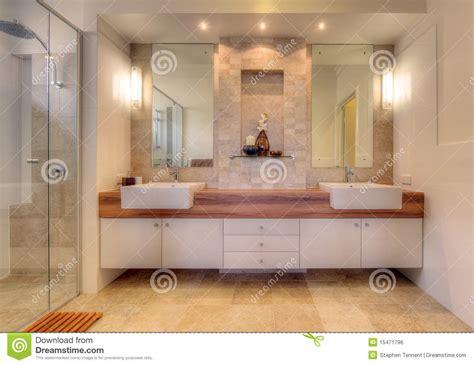 sale da bagno moderne stanza da bagno di lusso nella casa moderna fotografia