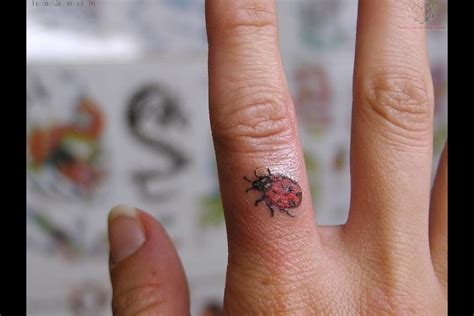 vine tattoo finger 15 awesome vine tattoos for your fingers