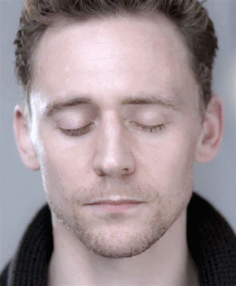 tom hiddleston eye color solved the mystery of tom hiddleston s eye color tom