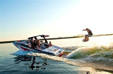 wake boat surfing wakesurf skim style