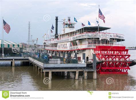barco de vapor del rio misisipi docked steamboat natchez on the mississippi river