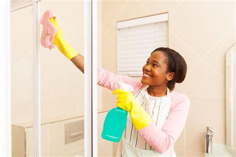 Shower Door Cleaning Household Hacks On How To Clean Soap Scum From The Shower Door