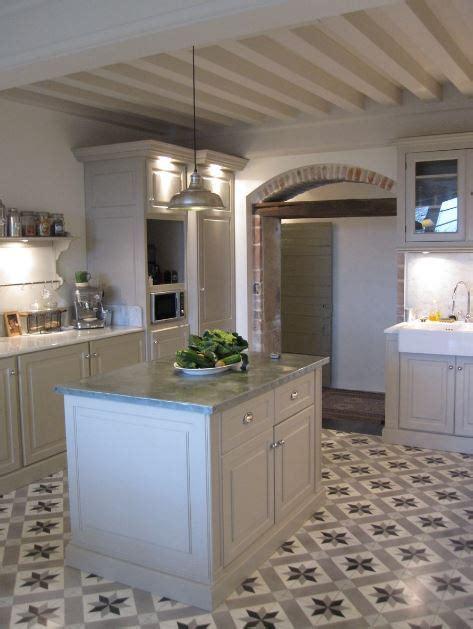 modelo de cocina pared de cocina con arco y barra desayunadora