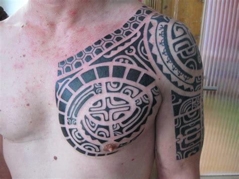 tatuajes armadura coraza hombro pectoral pecho medio brazo