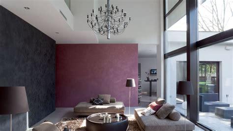 canapé couleur prune idee peinture salon noir et blanc