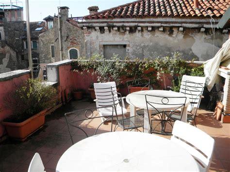 terrazzo arredato grande terrazza fiorita affitto appartamento