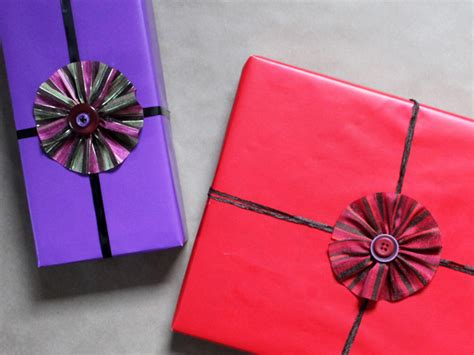 Handmade Gift Bows - how to make a ribbon and buttons gift topper loulou downtown