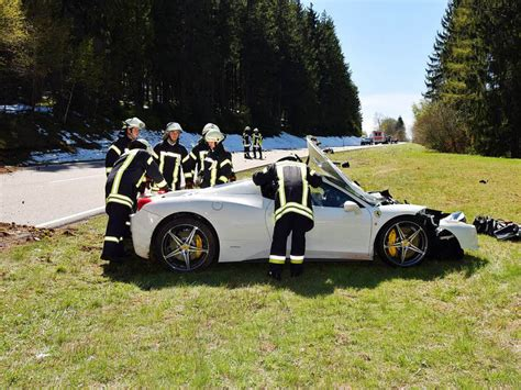 Ferrari Freiburg by Motorrad Bei Kollision Mit Ferrari In Zwei Teile Gerissen