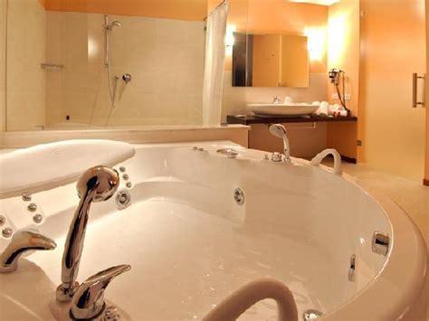 suite vasca idromassaggio doppia tra gli aforismi sulle pareti della foto di hotel