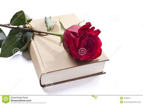 libro por una rosa un libro y una rosa imagen de archivo imagen de amor 21395311