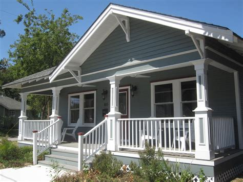 Modern Color Schemes by The Other Houston Cozy Bungalow Porches