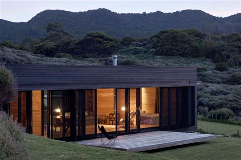 home new zealand architecture design and interiors h 246 lzernes wunder kompaktes holzhaus mit blick auf das meer