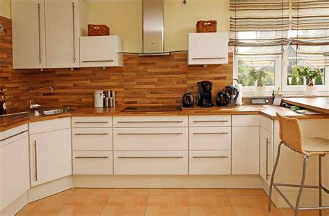 modern island kitchen design using wood panelling holz arbeitsplatten machen die moderne k 252 che gem 252 tlich