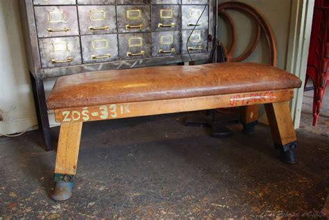 banc en cuir ancien banc de sport en cuir par le marchand d oublis