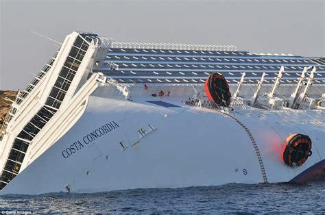 foto kapal costa concordia tenggelam gambar kapal titanic dari italia karam berita informasi