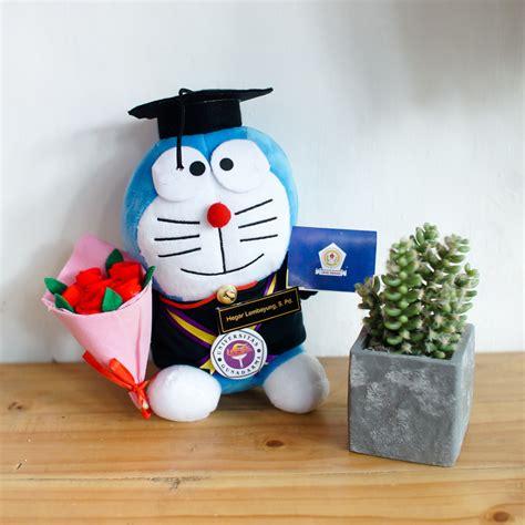 Boneka Wisuda Doraemon Hadiah Wisuda Boneka Doraemon Kado Wisuda toko boneka doraemon small buket bunga flanel 0858 7874 9975