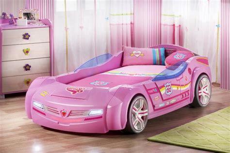 lit voiture fille le lit voiture pour la chambre de votre enfant