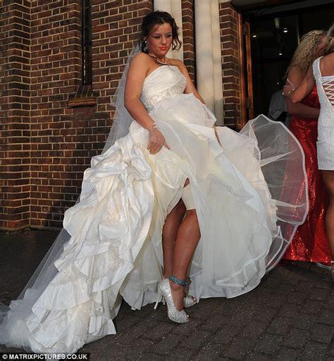 Traveller bride customises ankle bracelet into blue garter
