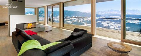 moderne fenster wohnzimmer mit bodentiefen fenster kamin und traumausblick