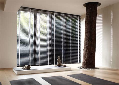 grijs gordijn voor oog houten jaloezie 235 n multi raamdecoratie