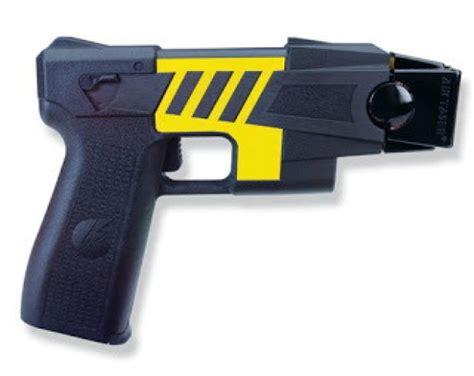 tassa porto d armi foto taser ironia sui social per la tassa che ha il nome