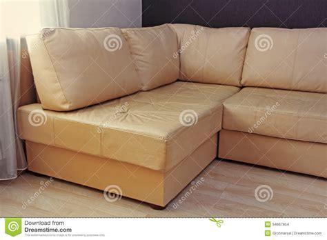 canapé chesterfield beige salon moderne encuir