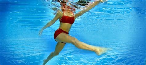 ejercicios de piernas en el agua 3 ejercicios en piscina para tonificar brazos piernas y