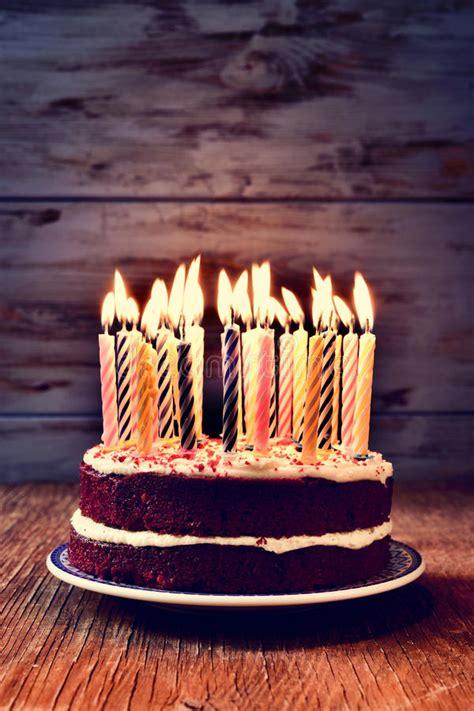 torta de cumplea 241 os con las velas del cumplea 241 os torta de cumplea 241 os con muchas velas encendidas foto de