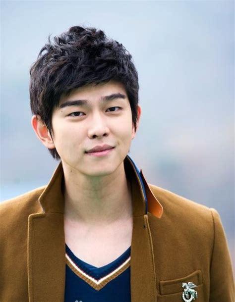 yoo ah in variety show yoo ah in dan byun yo han kirim truk makanan untuk yoon
