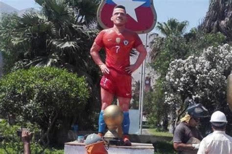 alexis sanchez statue alexis sanchez statue arsenal star unveils sculpture in