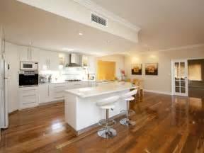 Classic open plan kitchen design using hardwood kitchen photo 346571
