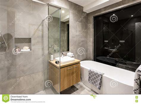 bagno con doccia e vasca bagno moderno con una doccia e una vasca immagine stock