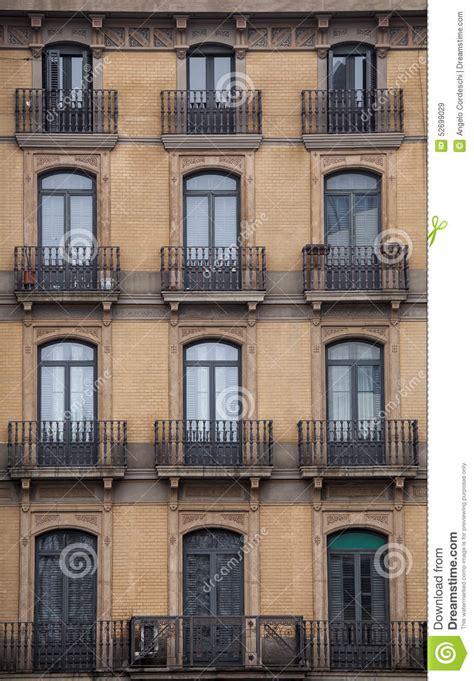 la ciudad con ventanas fachada con las ventanas y los balcones edificio hist 243 rico ciudad de barcelona espa 241 a foto de