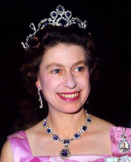 queen elizabeth ii glistens in diamonds and sapphires for the sapphires elizabeth ii and queen elizabeth on pinterest