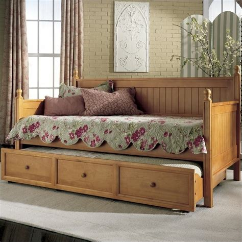 Wood Daybed in Honey Maple   B5XC53