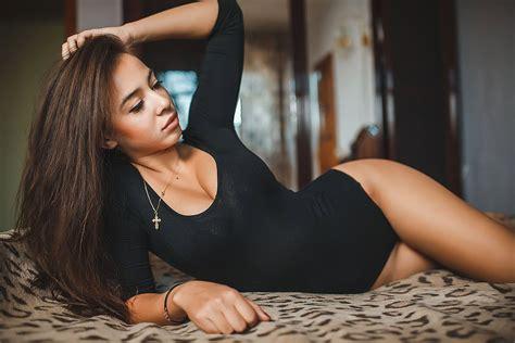 le donne a letto sfondi donne capelli lunghi a letto capelli neri