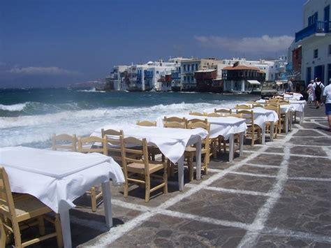sulla spiaggia tavoli sulla spiaggia a mykonos viaggi vacanze e